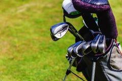 Equipamento de golfe no verde imagem de stock