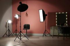 Equipamento de iluminação profissional diferente no estúdio da foto fotos de stock royalty free