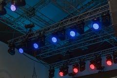 Equipamento de iluminação profissional instalado acima da fase em quadros especiais do metal imagens de stock royalty free
