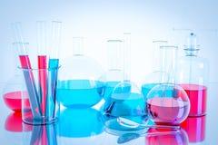 Equipamento de laboratório e experiências da ciência, produtos vidreiros de laboratório que contêm o líquido químico, pesquisa da Fotos de Stock Royalty Free