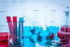 Equipamento de laboratório e experiências da ciência, produtos vidreiros de laboratório que contêm o líquido químico, pesquisa da Fotografia de Stock