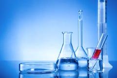 Equipamento de laboratório, garrafas de vidro, pipeta, líquido vermelho Foto de Stock