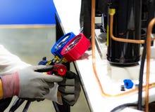 Equipamento de medição dos manômetros para condicionadores de ar de enchimento imagem de stock