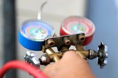 Equipamento de medição dos manômetros para condicionadores de ar de enchimento, calibres imagens de stock