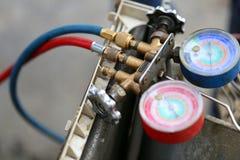 Equipamento de medição dos manômetros para condicionadores de ar de enchimento, calibres imagens de stock royalty free