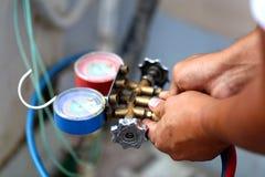 Equipamento de medição dos manômetros para condicionadores de ar de enchimento, calibres foto de stock