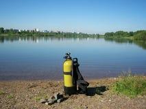 Equipamento de mergulho na costa do lago imagens de stock