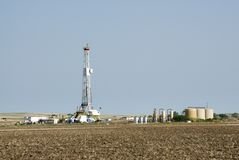 Equipamento de perfuração & tanques de armazenamento do gás Fotografia de Stock