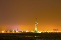 Equipamento de perfuração de trabalho na noite Fotografia de Stock Royalty Free