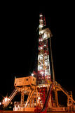 Equipamento de perfuração na noite Foto de Stock Royalty Free