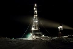 Equipamento de perfuração na noite. Inverno. Fotografia de Stock Royalty Free
