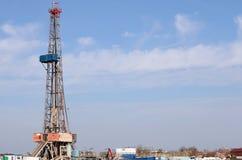 Equipamento de perfuração para a exploração do petróleo da terra imagem de stock