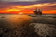 Equipamento de perfuração para a exploração do petróleo no mar no inverno imagens de stock