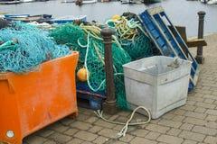 Equipamento de pesca comercial e redes empilhados no cais no porto em Lymington, Hampshire na costa sul de Inglaterra imagens de stock