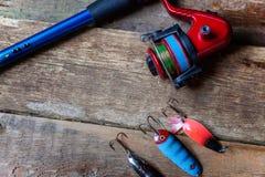 Equipamento de pesca em uma superfície de madeira foto de stock
