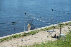 Equipamento de pesca no passeio no parque Idosos que pescam o parque da cidade Fotos de Stock Royalty Free
