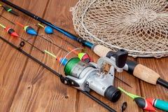 Equipamento de pesca - vara de pesca que pesca o flutuador e as atra??es no fundo de madeira azul bonito, espa?o da c?pia fotos de stock