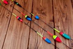 Equipamento de pesca - vara de pesca que pesca o flutuador e as atra??es no fundo de madeira azul bonito, espa?o da c?pia fotografia de stock royalty free
