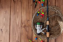Equipamento de pesca - vara de pesca que pesca o flutuador e as atra??es no fundo de madeira azul bonito, espa?o da c?pia foto de stock