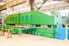 Equipamento de produção industrial para o processamento do metal O dispositivo é grande e verde pesado Com uma linha para a recep fotografia de stock