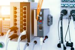 Equipamento de rede moderno, interruptor de alta velocidade Os cabos da rede s?o introduzidos na unidade foto de stock