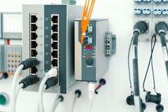 Equipamento de rede moderno, interruptor de alta velocidade Os cabos da rede s?o introduzidos na unidade fotos de stock