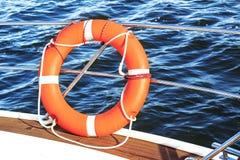 Equipamento de segurança em um barco, em uma boia de vida ou em uma boia do salvamento que flutua no mar fotografia de stock royalty free