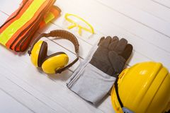 Equipamento de segurança padrão da construção na tabela de madeira foto de stock