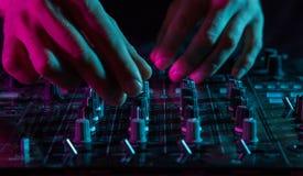 Equipamento de som do DJ nos clubes noturnos e nos festivais de música, EDM, futur foto de stock
