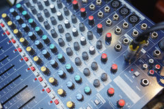 Equipamento de som para conectar sistemas e microfones acústicos durante o conce Imagens de Stock