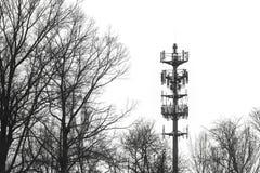Equipamento de telecomunicação de advertência do contraste alto da torre das radiocomunicação da sirene foto de stock