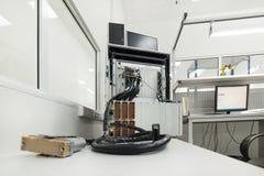 Equipamento de teste para verificar e monitorar cabos e conectores eletrônicos foto de stock royalty free