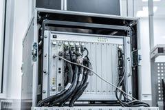 Equipamento de teste para verificar e monitorar cabos e conectores eletrônicos imagens de stock