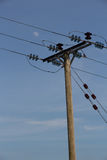 Equipamento de transmissão da eletricidade no polo contra Fotografia de Stock Royalty Free