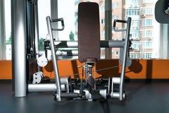 Equipamento de treino diverso na sala do gym Imagens de Stock