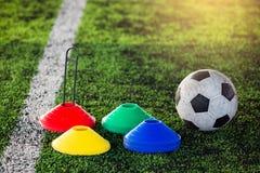 Equipamento de treino do futebol e do futebol no relvado artificial Fotografia de Stock
