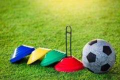 Equipamento de treino do futebol e do futebol no relvado artificial Fotos de Stock