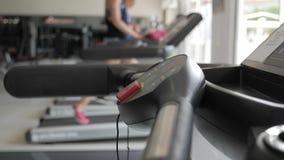 Equipamento de treino do peso do Gym e do peso no esporte, equipamentos saudáveis do exercício da vida e do gym e conceito dos es video estoque