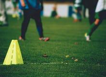 Equipamento de treino no campo verde do est?dio fotos de stock royalty free