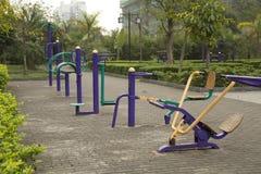 Equipamento do body building no parque da cidade Foto de Stock Royalty Free