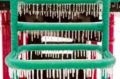 Equipamento do campo de jogos coberto com o gelo após uma tempestade de gelo fotos de stock royalty free