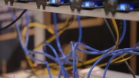 Equipamento do equipamento de mineração de Cryptocurrency - lotes de cartões do gpu no mainboard vídeos de arquivo
