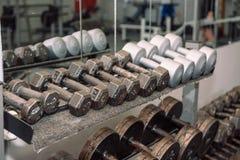 Equipamento do Gym Pesos, pesos Ginástica weightlifting Inventário no salão foto de stock royalty free