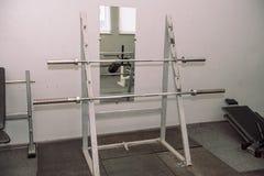 Equipamento do Gym Pesos, pesos Ginástica weightlifting Inventário no salão fotografia de stock