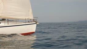 Equipamento do iate durante a viagem do oceano vídeos de arquivo