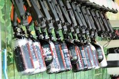 Equipamento do Paintball Uma cremalheira embalada com pistolas pneum?ticas imagem de stock royalty free