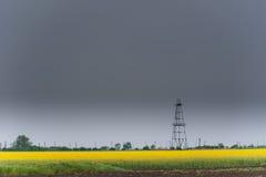 Equipamento do poço de petróleo e gás, campo rural esboçado do canola Imagem de Stock Royalty Free