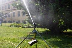 equipamento do spinkle em um gramado verde Fotos de Stock
