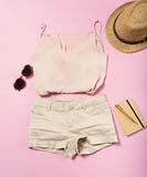 Equipamento do verão da mulher no fundo cor-de-rosa Fotografia de Stock