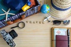 Equipamento do viajante no fundo de madeira Fotos de Stock Royalty Free